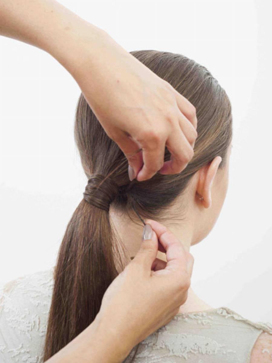 Так стоит скрыть резинку в процессе создания пышного пучка на длинные и средние волосы