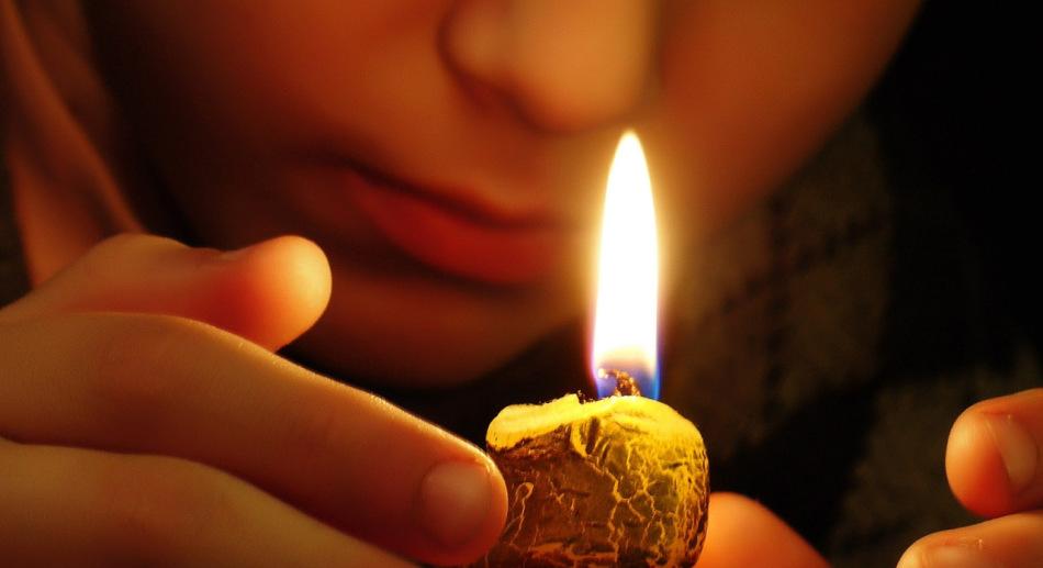 Девушка очищает пространство молитвой и свечой