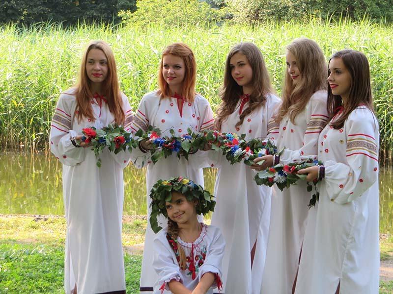 Девушки приготовили венки ко дню ивана купала