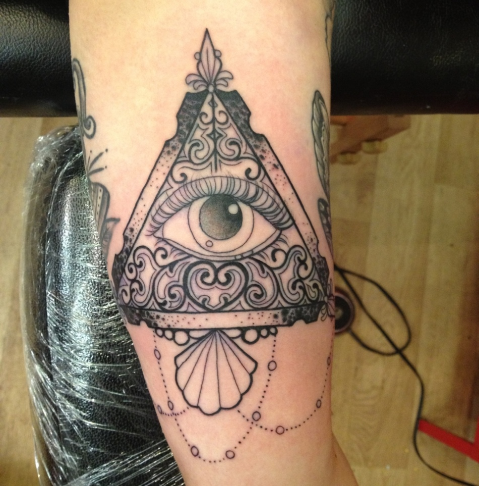 Татуировка от сглаза глаз в пирамиде