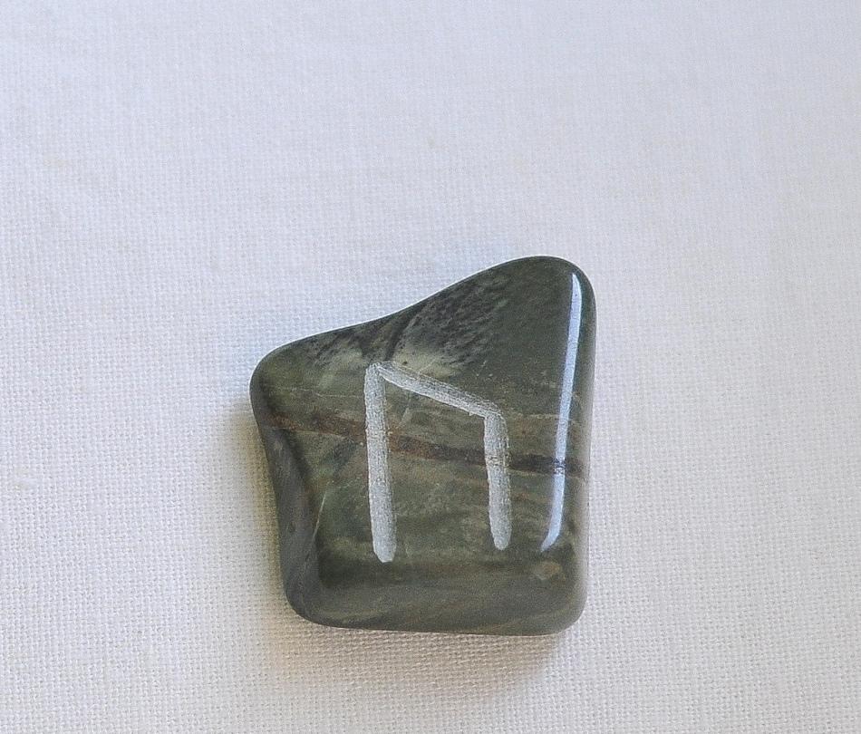 Руна уруз на камне