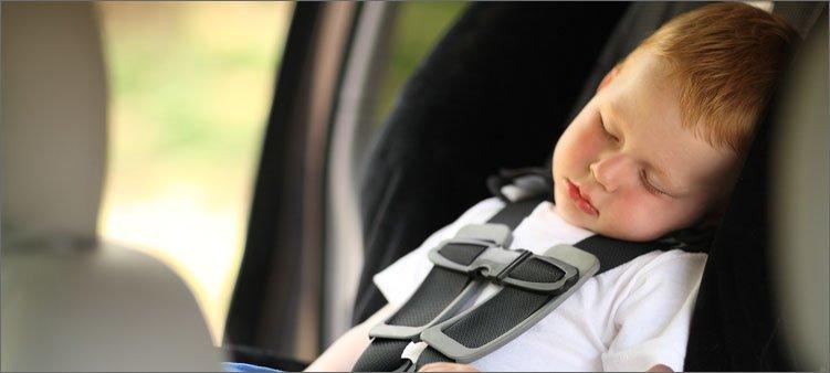 Ребенок спит в машине, чтобы не тошнило