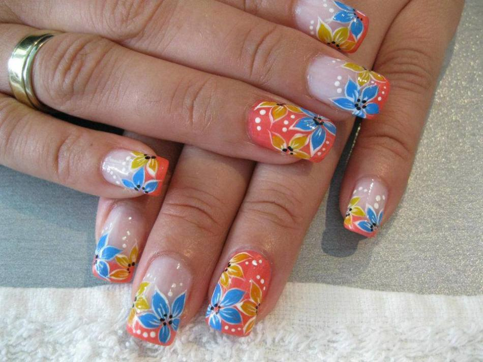 Простой летний дизайн ногтей - цветы