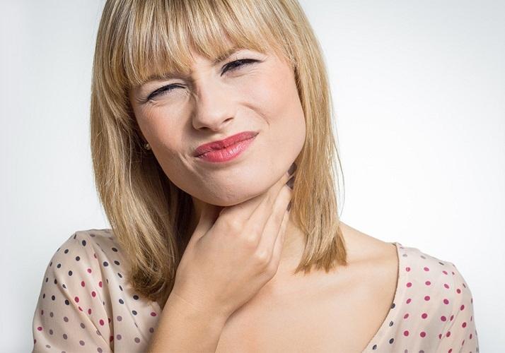 Иногда паразиты могут откладывать яйца в области горла, создавая ощущение кома