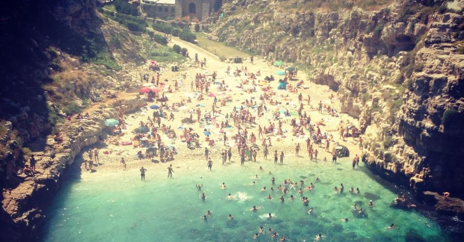Песчаный пляж в полиньяно, апулия, италия