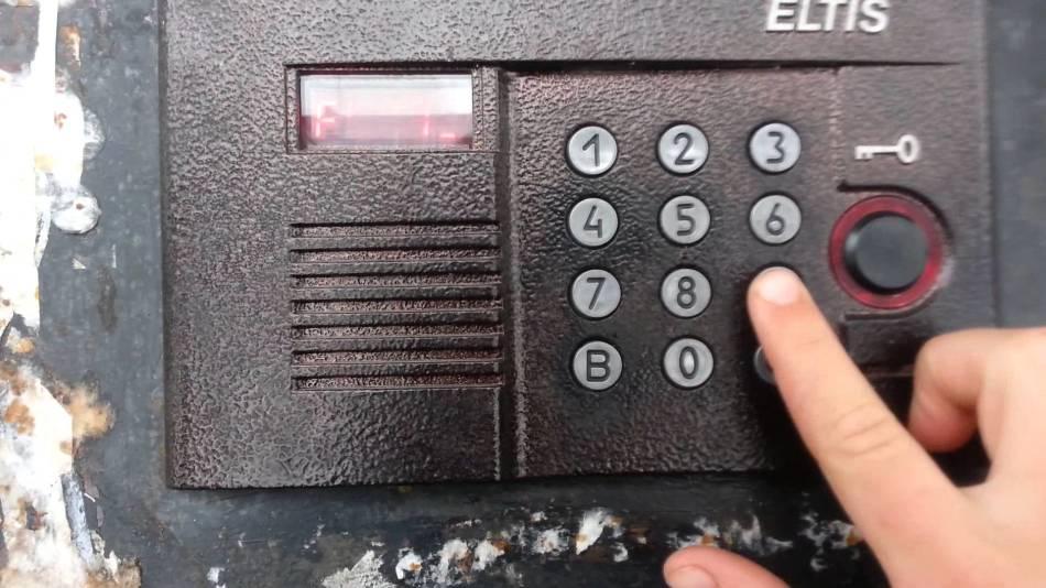 Человек набирает код для открытия двери с домофоном елтис