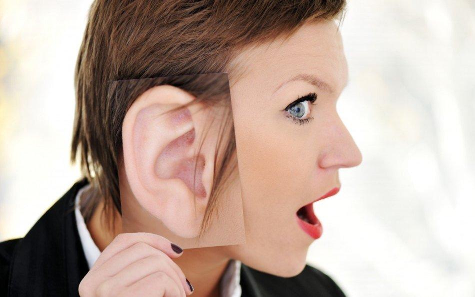 Девушка приложила фотографию уха к уху
