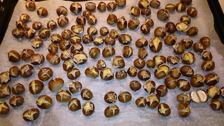 Запекать каштаны можно на фольге, пекарской бумаге, противне или просто на решетке, если орех крупный