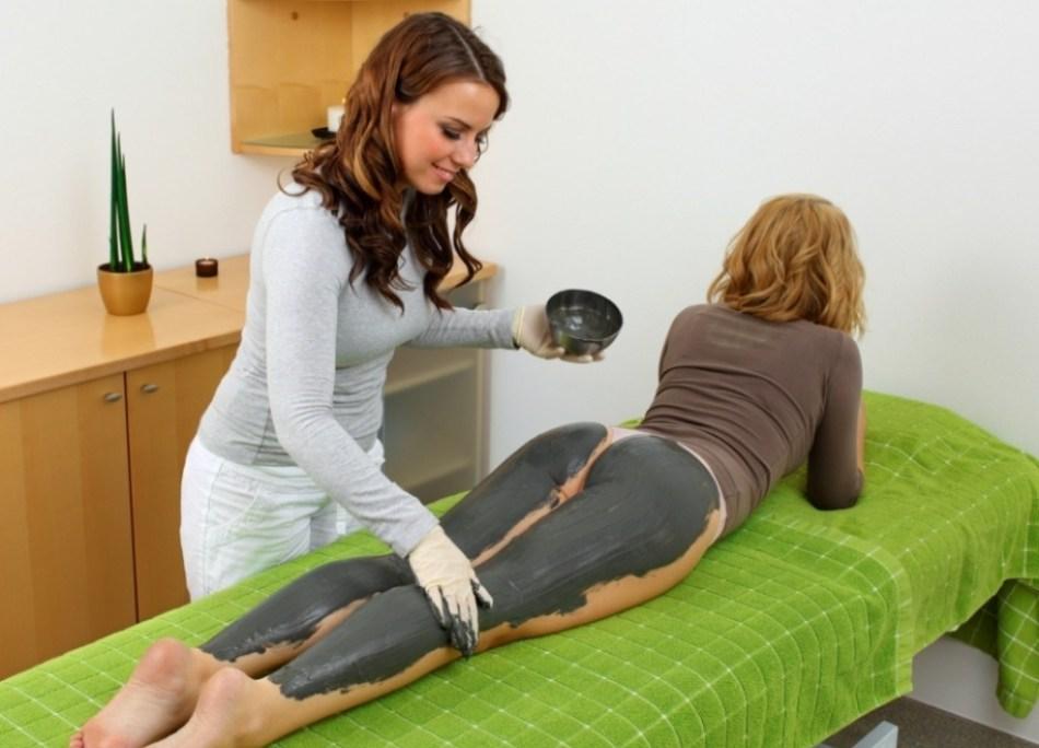 Стрии станут не такими заметными, если использовать косметологическую глину и масло пачули
