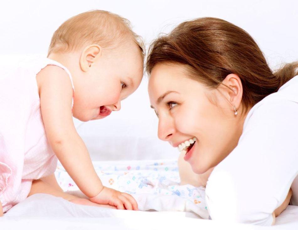 Мама общается с малышкой
