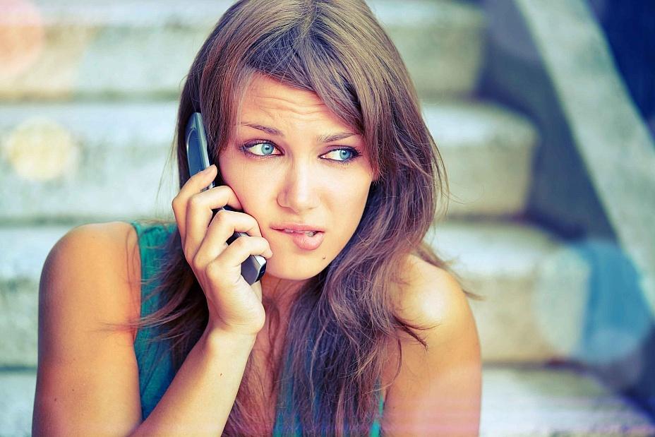 Плохая слышимость разговора во сне указывает на проблемы с коммуникацией у сновидца наяву.