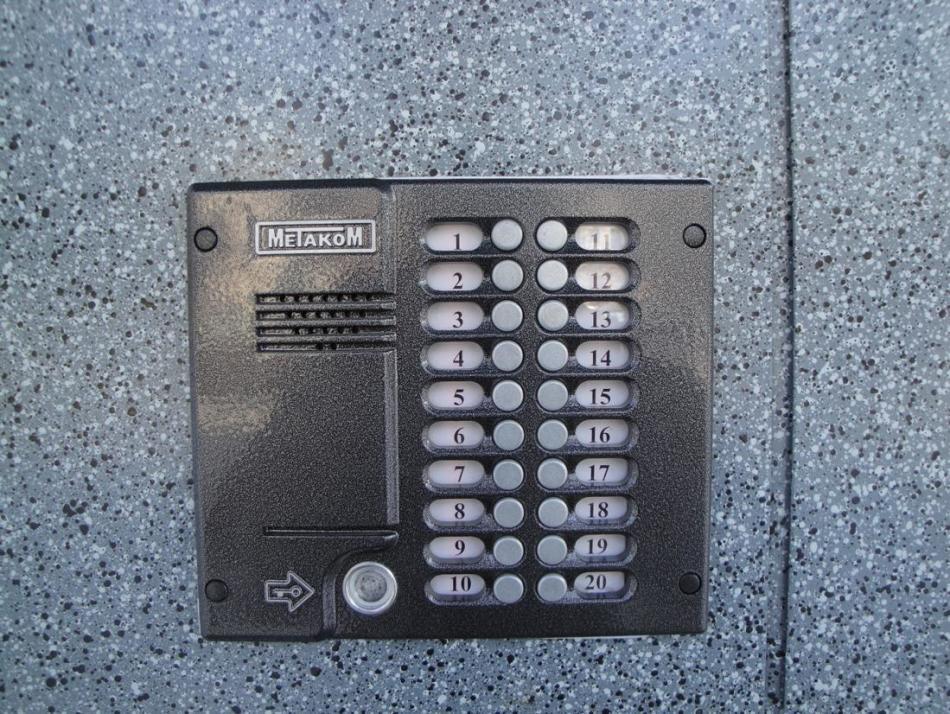 Фото домофона метаком , установленного на двери дома