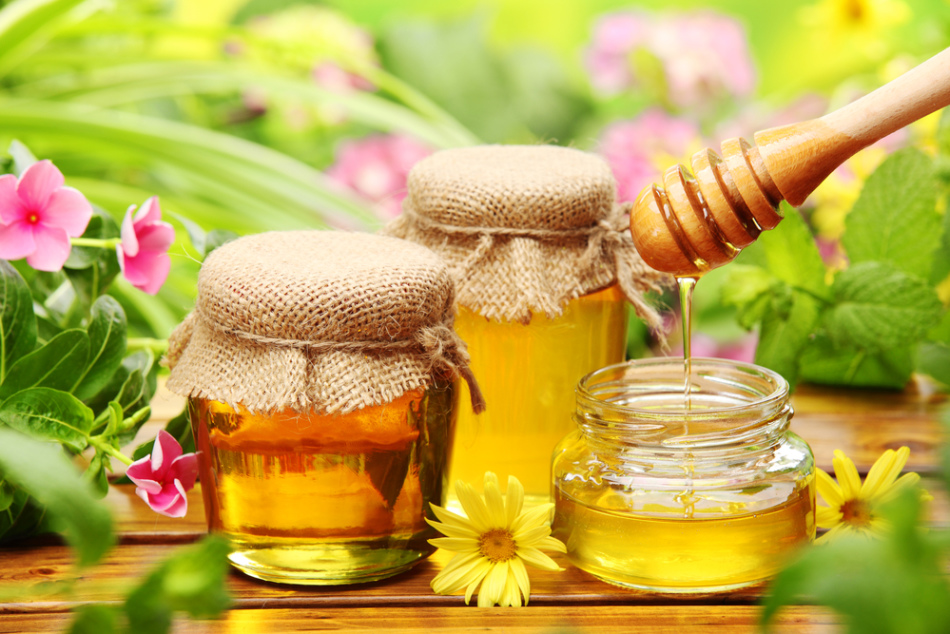 Какое вещество находится в меду и что происходит с этим продуктом при нагревании?