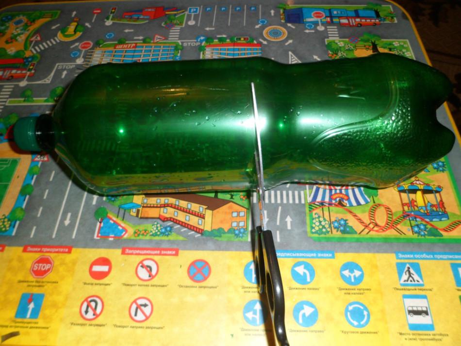 Для листьев пальмы берётся верх пластиковой бутылки