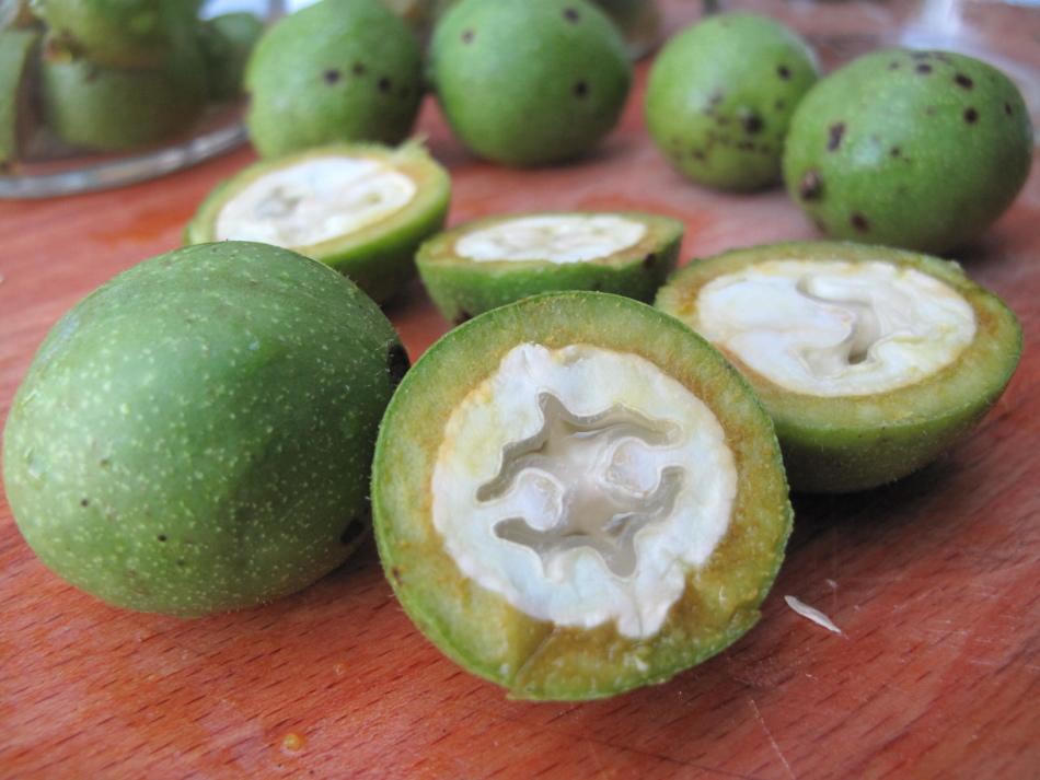 Зеленый орех - это невызревший плод обычного грецкого ореха, который мы употребляем в пищу