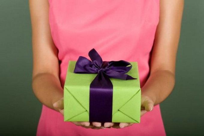 Дарить подарок во сне - к избавлению от тревог и проблем.