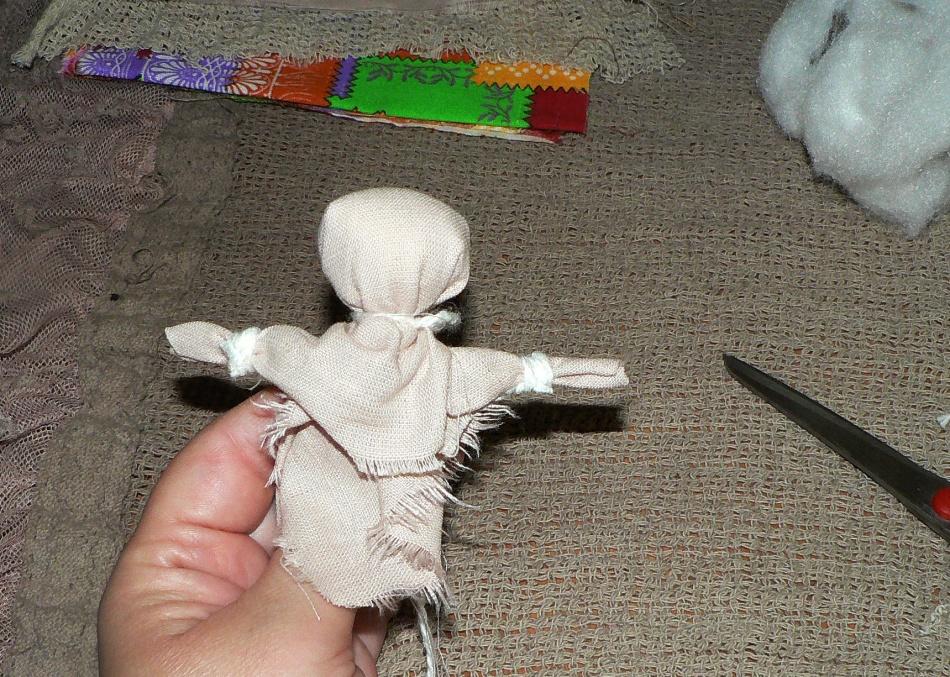 Ткань для ручек куколки складывается напополам и перевязывается ниткой