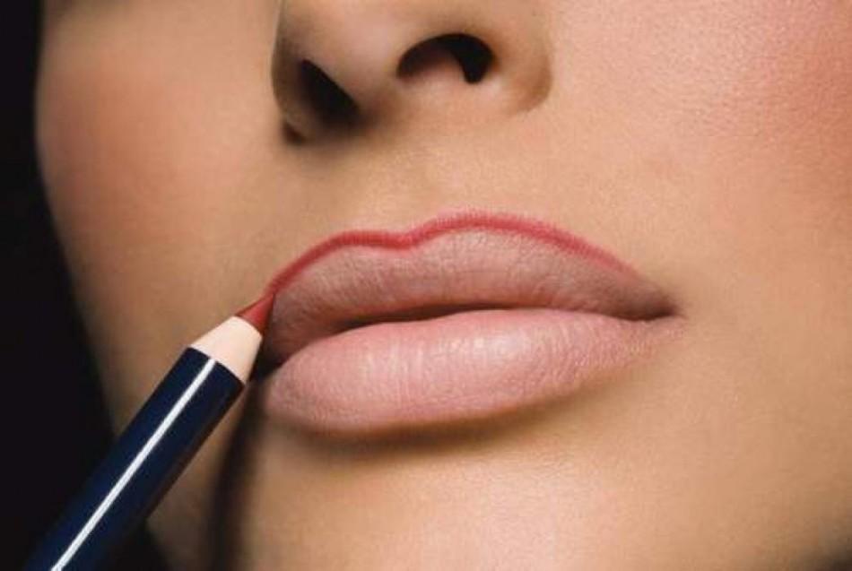 Увеличение губ с помощью карандаша