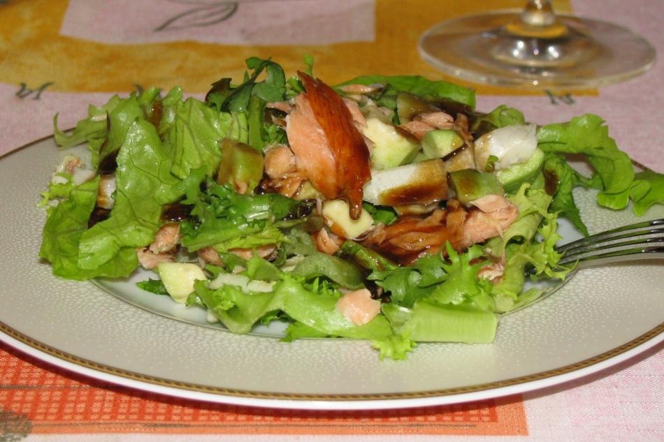 Салат айсберг с авокадо и копченым лососем