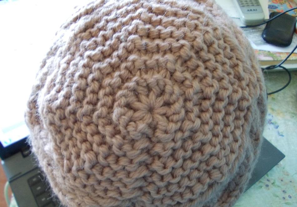 Донышко женской шапки, выполненной платочным узором