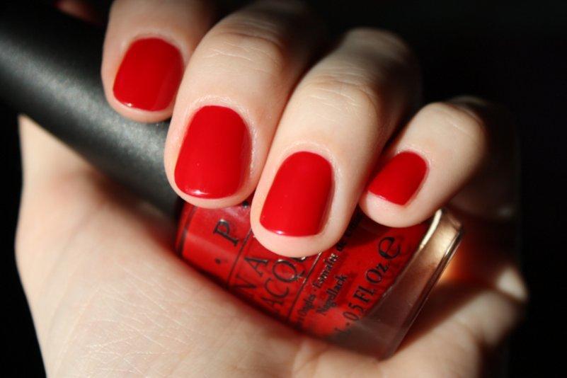 Модный летний маникюр гель-лак красного цвета