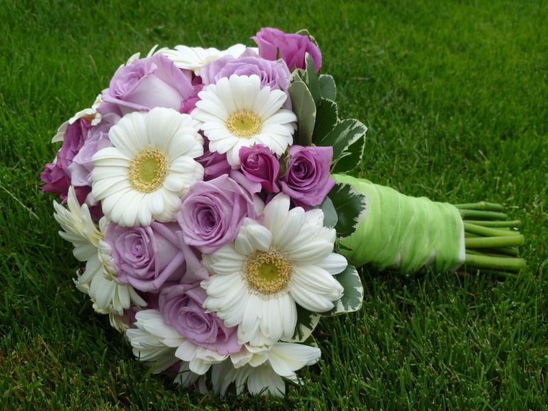 Больше всего для свадебного букета подходят нежные белые герберы