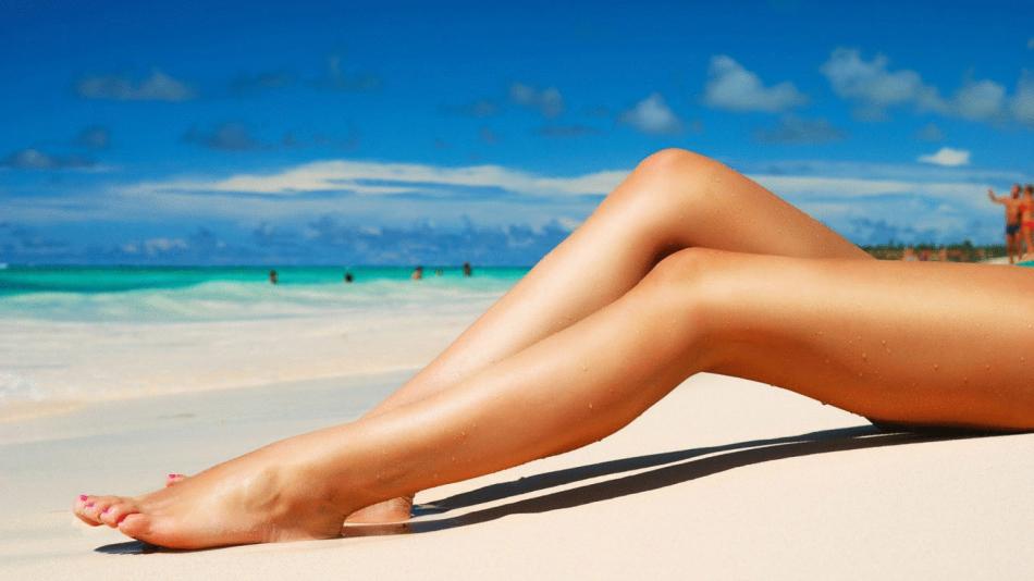 Нежная кожа ног девушки после бритья