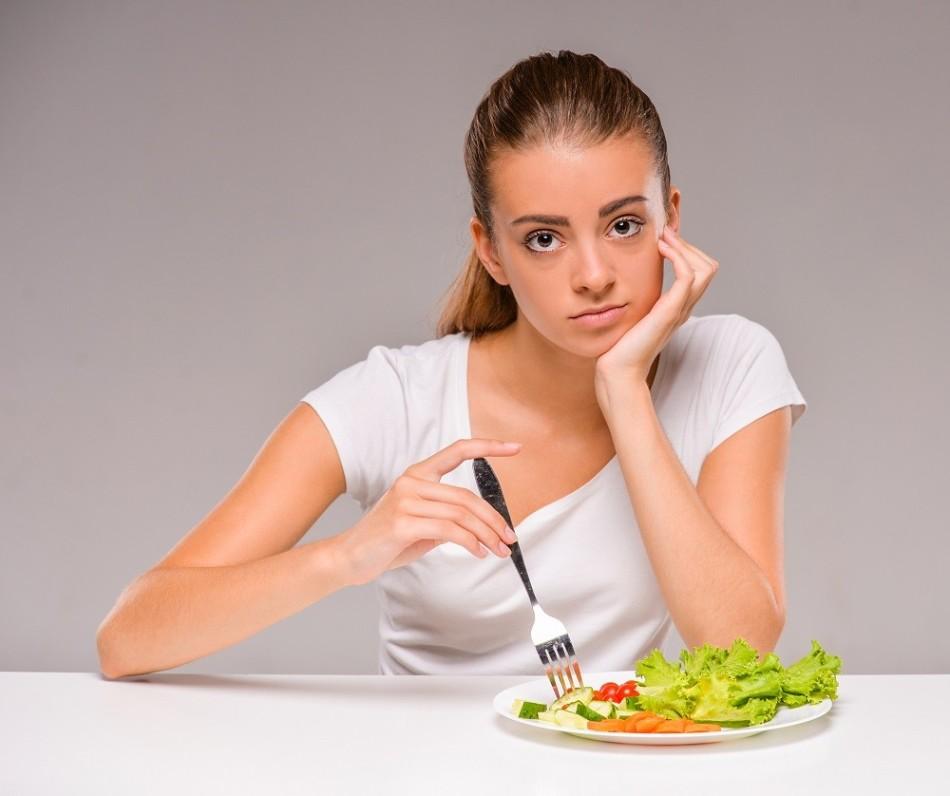 Грустная девушка без аппетита с болезнью анорексия нуждается в лечении лимонником