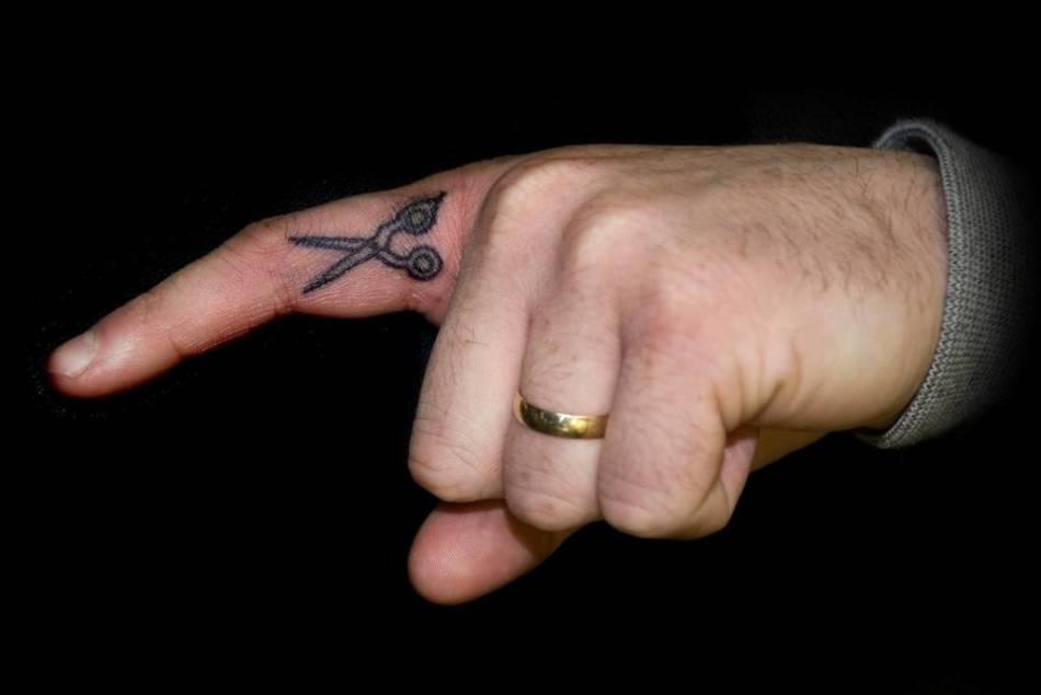 Тату-ножницы на пальце