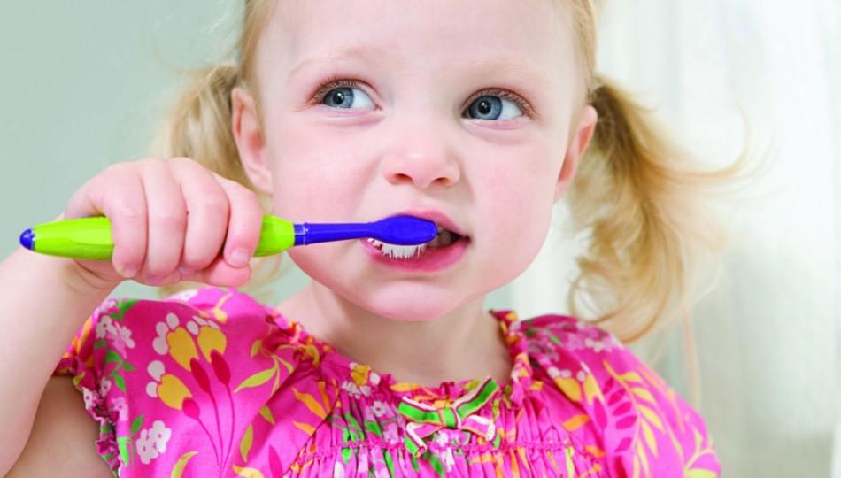 Чтобы избежать появления кариеса, ребенок должен регулярно чистить зубки
