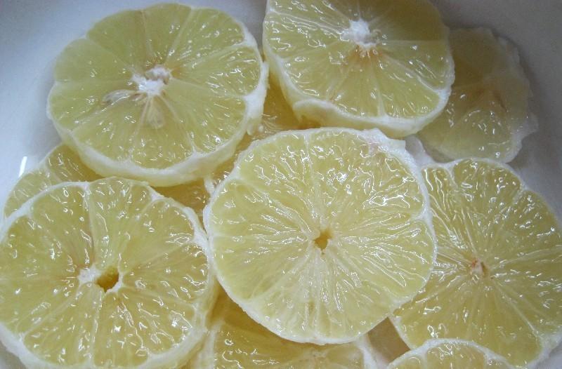 Очищенные от кожуры лимоны для сока