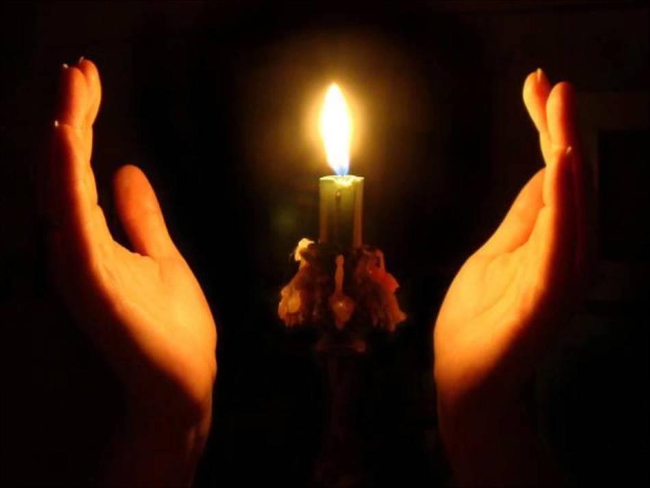 Девушка зажгла свечу для очищения от негатива