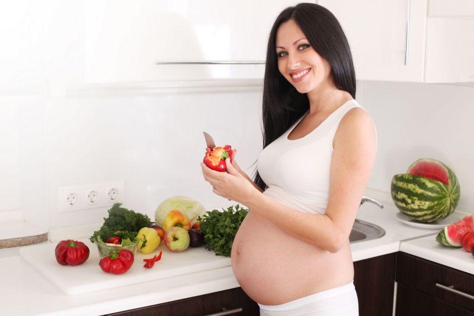 Животик беременной, которая ожидает мальчика