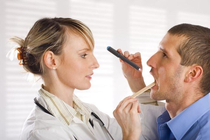 Если жжет во рту, нужно обращаться к врачу.