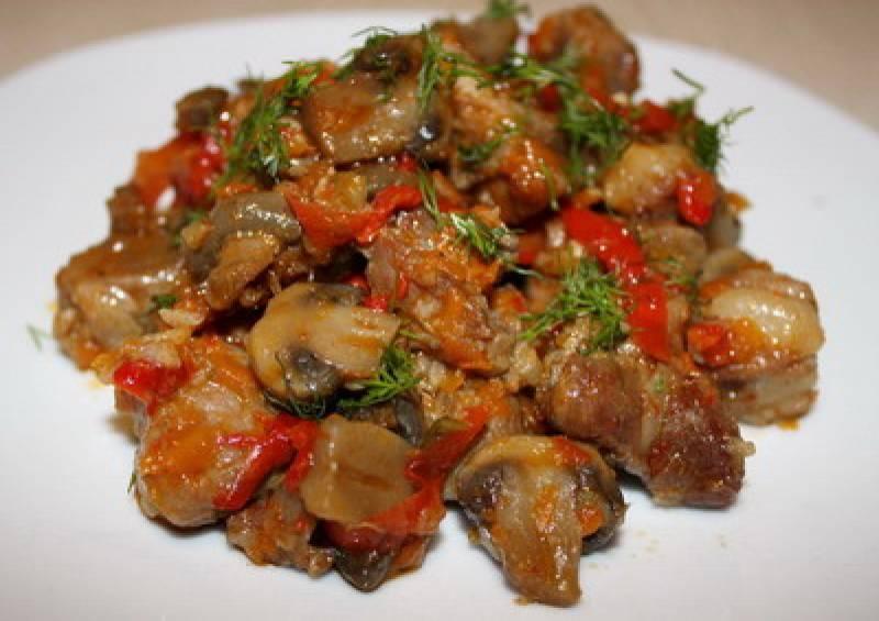 Во время тушения можно добавить томатный соус, сладкий перец вк мясу