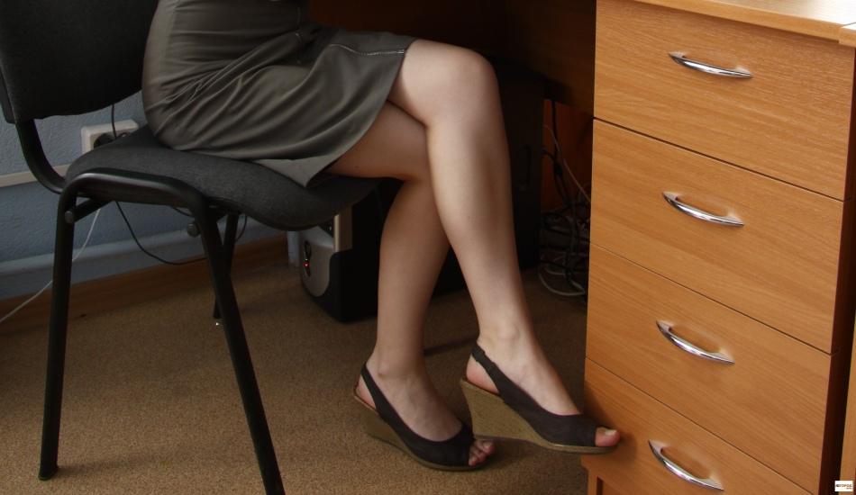Длительная неудобная поза ног может вызвать онемение конечностей