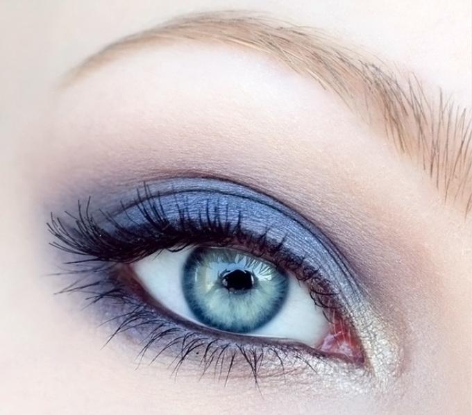 Макияж для голубых глаз в синих тонах
