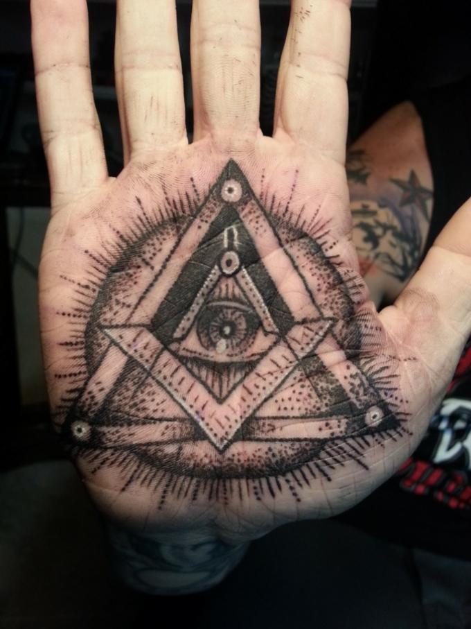 Тату на ладони в виде глаза в треугольнике