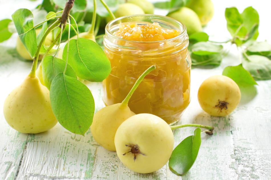 Варьнье из груш с мятой в банке в окружении спелых фруктов
